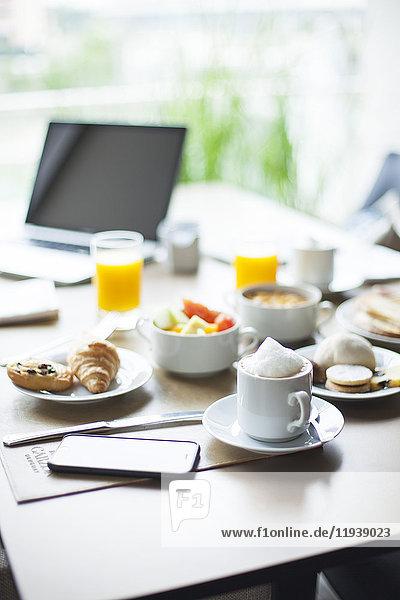 Frühstück auf dem Tisch im Cafe
