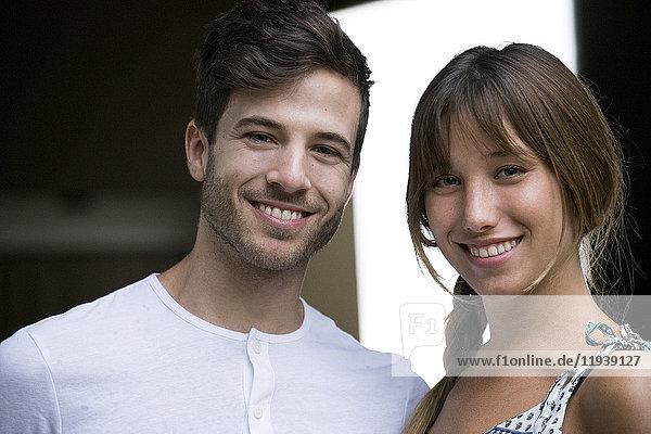 Lächelndes junges Paar  Portrait