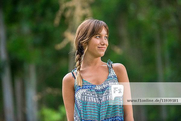 Junge Frau lächelt im Freien  Portrait