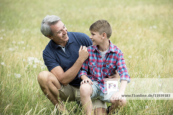 Großvater und Enkel verbringen gemeinsam Zeit im Freien.