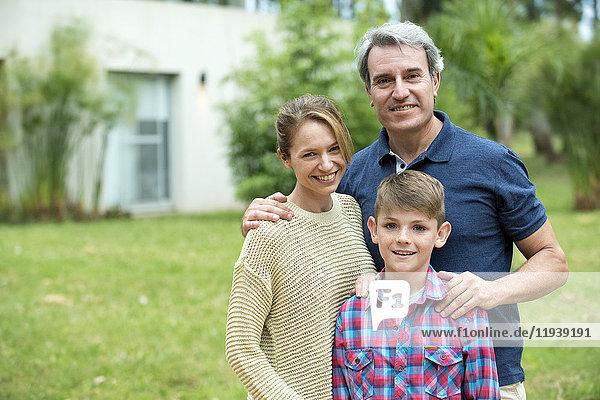 Familie steht zusammen im Freien,  Porträt
