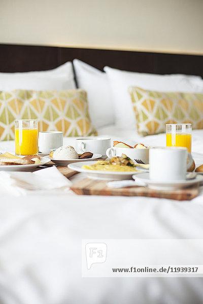 Frühstückstabletts auf dem Bett