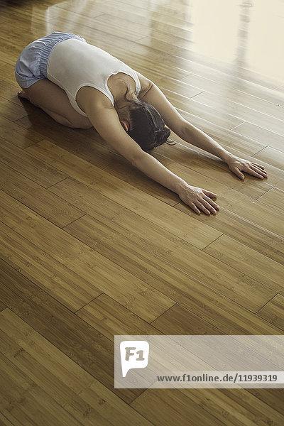Frau praktiziert Yoga-Kinder Post