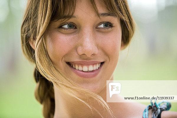 Junge Frau lächelt fröhlich,  Porträt