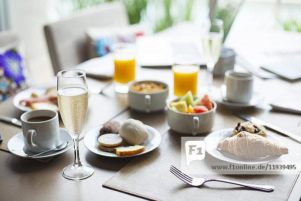 Glas Champagner auf dem Frühstückstisch im Restaurant
