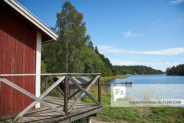 Schweden  Insel Grinda  Holzhütte am Wasser
