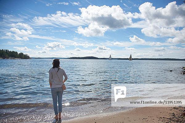 Schweden  Insel Grinda  Frau am Strand