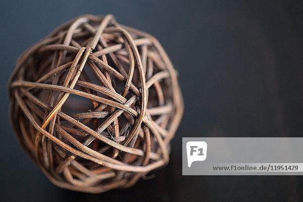 Nahaufnahme eines Balles aus Korbgeflecht