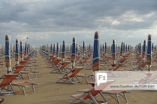 Italien  Bibione  leere Strandliegen