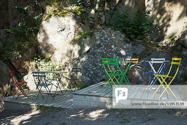 Schweden  Insel Grinda  leere Stühle an Deck