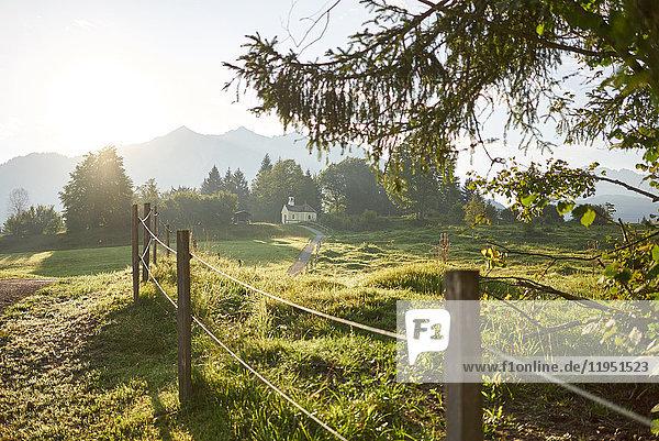 Deutschland  Bayern  Mittenwald  Weg in ländlicher Umgebung
