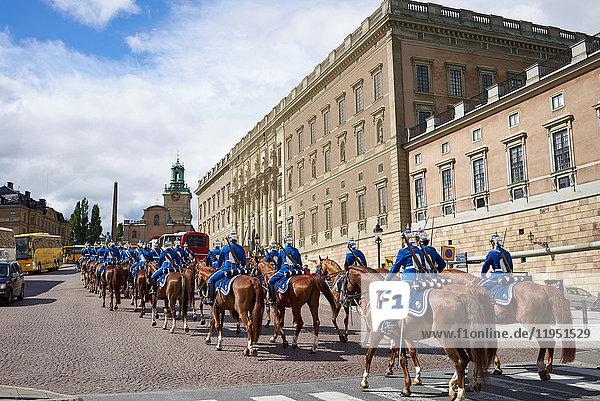 Schweden  Stockholm  Militärparade am Königsschloss