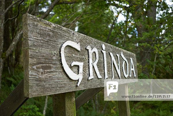 Schweden  Insel Grinda  Holzschild im Wald