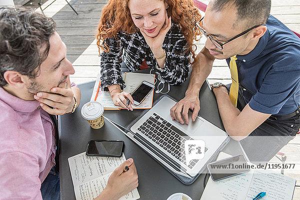 Geschäftsleute mit Laptop am Cafétisch