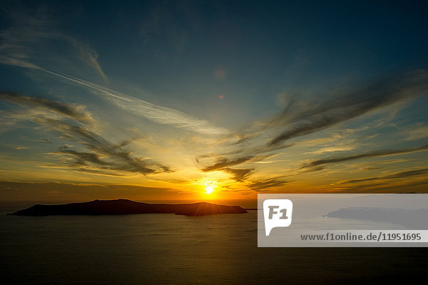 Sonnenuntergang über dem Meer am Horizont  Oía  Santorin  Kikladhes  Griechenland