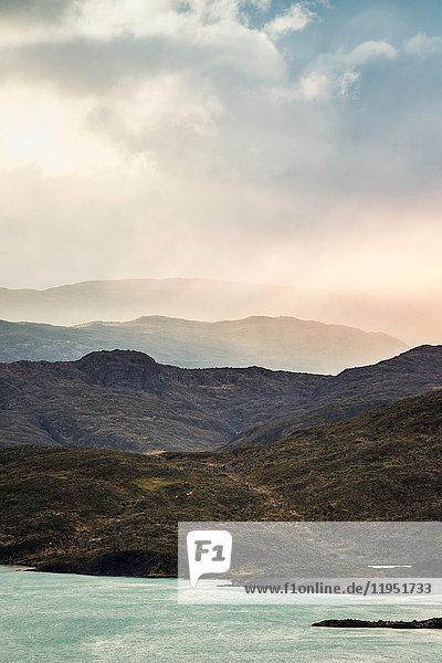 Sturmwolke zieht über Bergseenlandschaft  Torres del Paine Nationalpark  Chile