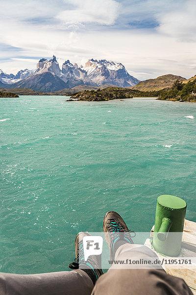 Persönliche Perspektive eines männlichen Wanderers über den Grauen See und die Cuernos del Paine  Torres del Paine Nationalpark  Chile
