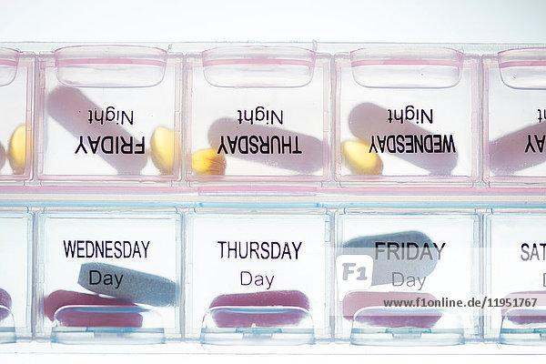 Medikamente in Pillendose mit Angabe der Tage