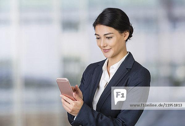 Geschäftsfrau benutzt ein Handy