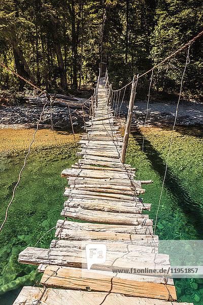 Holzsteg über den Fluss Azul  Cajon del Azul bei El Bolson  Patagonien  Argentinien