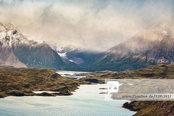 Niedrige Bewölkung und Sonneneinstrahlung in Flussberglandschaft  Torres del Paine Nationalpark  Chile