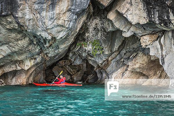 Mann im Kajak um Marmorhöhlen  Puerto Tranquilo  Region Aysen  Chile  Südamerika