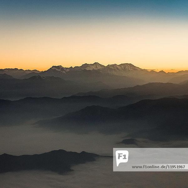 Luftaufnahme des Sonnenuntergangs über den Bergen  Metropolregion  Chile