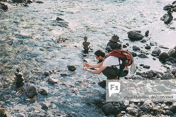 Männlicher Boulderer fotografiert Fluss  Lombardei  Italien