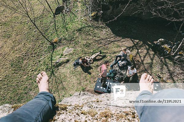 Hochwinkel-Perspektive eines Boulderers über Freunde am Boulder  Lombardei  Italien