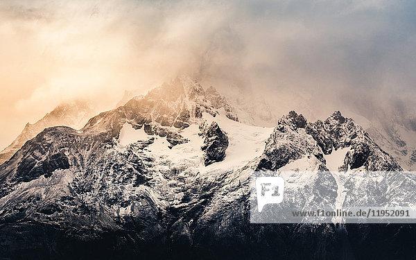 Sturmwolken über dem schneebedeckten Paine Grande  Torres del Paine Nationalpark  Chile
