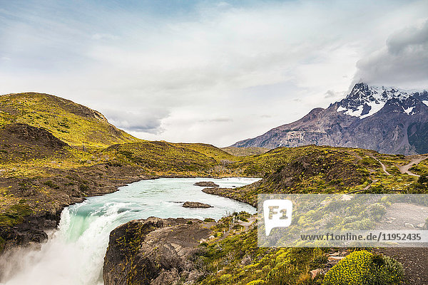 Wasserfall in Berglandschaft  Nationalpark Torres del Paine  Chile