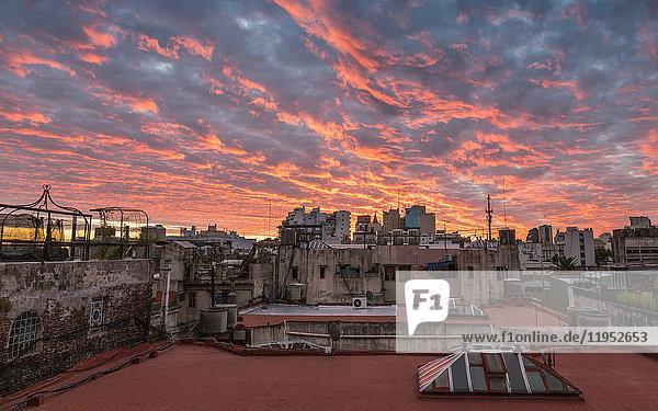 Stadtlandschaft auf dem Dach und dramatischer Sonnenuntergangshimmel  San Telmo  Buenos Aires  Argentinien
