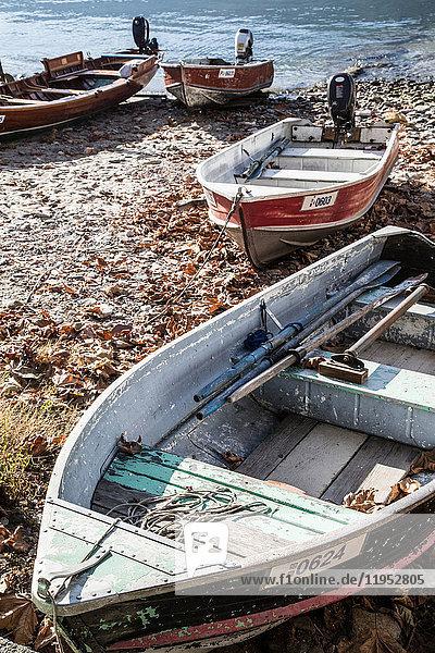 Boote am Strand der Isola Pescatori  Lago Maggiore Piemont  Italien