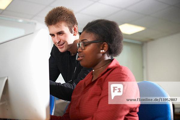 Studenten  die am Computer arbeiten