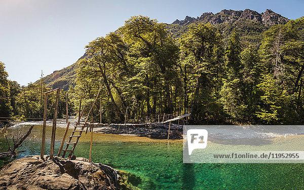 Landschaftsansicht der Fußgängerbrücke über den Fluss Azul  Cajon del Azul bei El Bolson  Patagonien  Argentinien