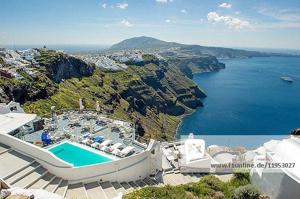 Blick auf den Pool und das Meer des Hotels  Oia  Santorin  Griechenland