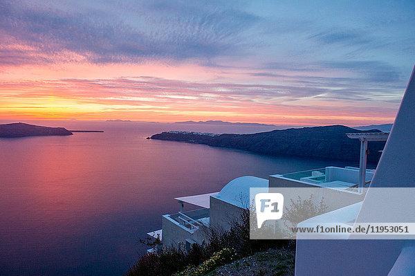 Blick auf Meer und Sonnenuntergang  Oía  Santorin  Kikladhes  Griechenland