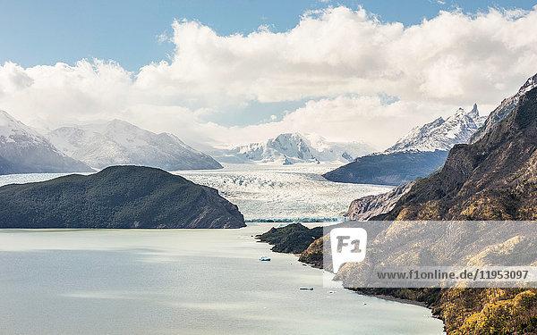 Blick auf den Grey-Gletschersee und den Grey-Gletscher  Torres del Paine Nationalpark  Chile