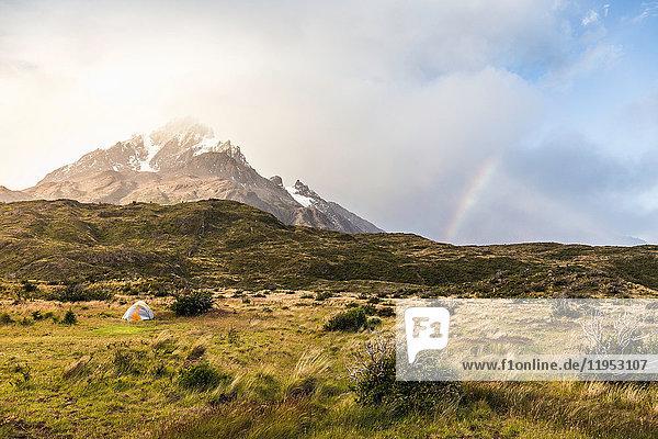 Berglandschaft mit Zelt und Regenbogen  Nationalpark Torres del Paine  Chile