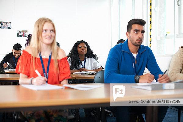 Studenten  die im Klassenzimmer lernen