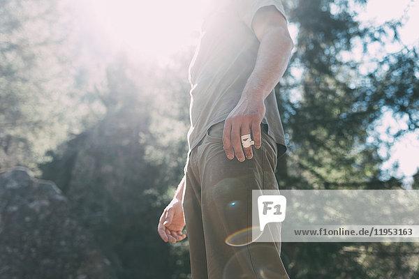 Mittlerer Abschnitt eines jungen männlichen Boulderers im Sonnenlicht  Lombardei  Italien