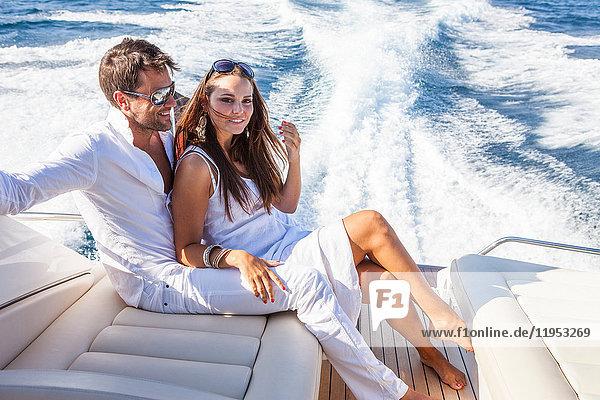 Porträt eines Paares beim Entspannen auf einer Yacht  auf dem Wasser
