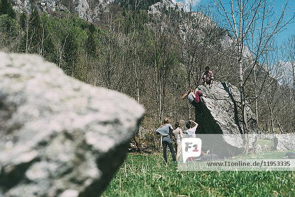 Erwachsene Boulderfreunde klettern Boulder  Lombardei  Italien