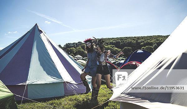 Leuchtende Glockenzelte  traditionelle Zelte aus Segeltuch in einem Gehege auf dem Campingplatz bei einem Musikfestival im Freien.