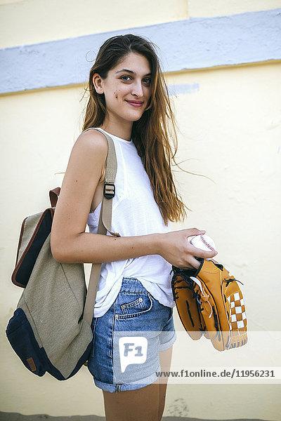 Portrait der jungen Frau mit Baseball und Baseballhandschuh