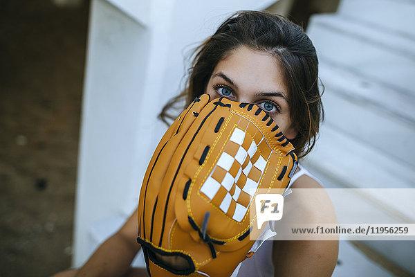 Portrait der jungen Frau mit Baseballhandschuh