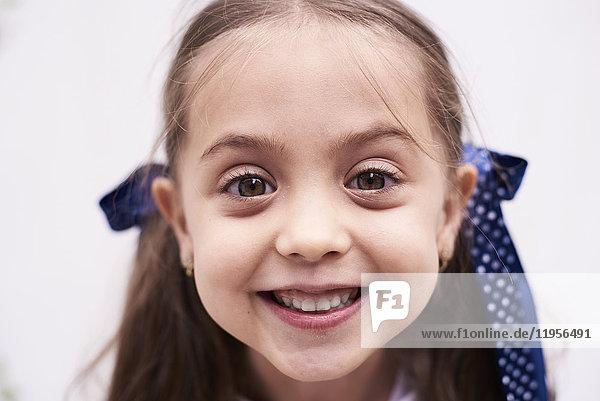 Porträt des glücklichen kleinen Mädchens
