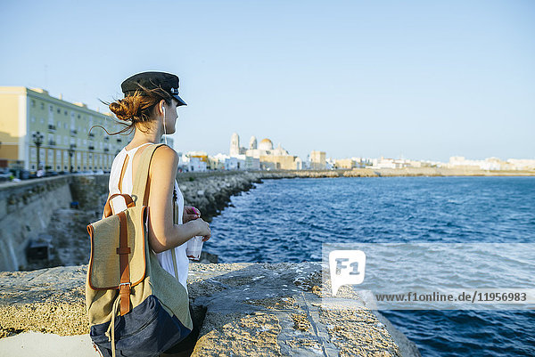 Spanien  Andalusien  Cadiz  junge Frau mit Blick aufs Meer