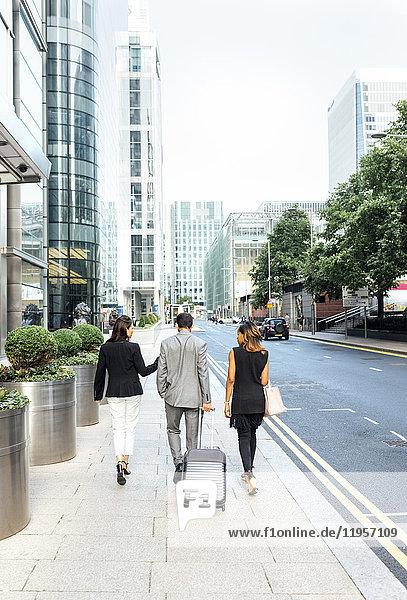 Geschäftsleute beim Spaziergang durch die Stadt