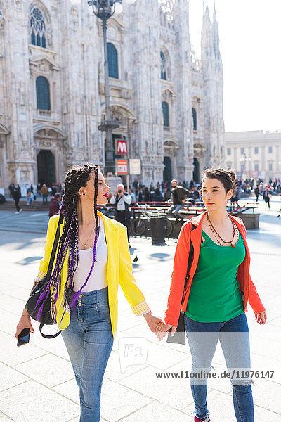 Frauen außerhalb von Il Duomo  Mailand  Italien